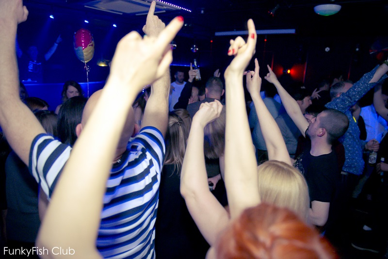 good-pic-facebook-crowd-hand